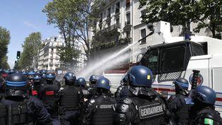 Des forces de l'ordre à Paris face à des manifestants, le 15 mai 2021. (GEOFFROY VAN DER HASSELT / AFP)