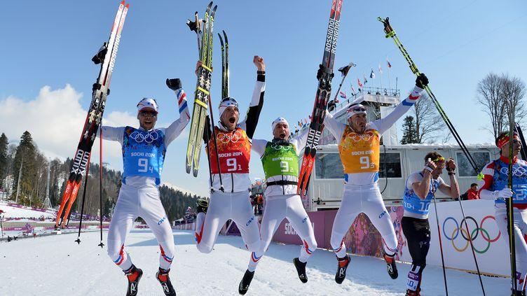 L'équipe de France de ski de fond célèbre sa médaille de bronze, le 16 février 2014 à Sotchi. (ALBERTO PIZZOLI / AFP)