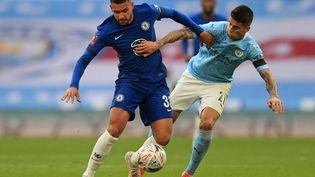 Le défenseur de Chelsea Emerson Palmieriet le défenseur de Manchester CityJoao Cancelo, durant un match au stadeWembley, à Londres, le 17 avril 2021. (ADAM DAVY / AFP)