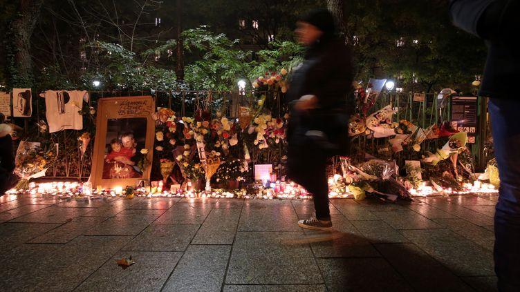Mémorial en hommage aux victimes des attentats du 13 novembre 2015 à Paris à proximité du Bataclan, le 13 novembre 2016. (JOEL SAGET / AFP)