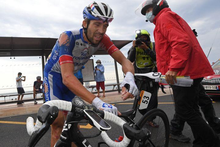 Thibaut Pinot lors de sa chute sur la 1re étape du Tour de France 2020. (STEPHANE MANTEY / AFP)