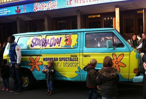 Le van de Scooby Doo devant les Folies Bergère.  (Culturebox)