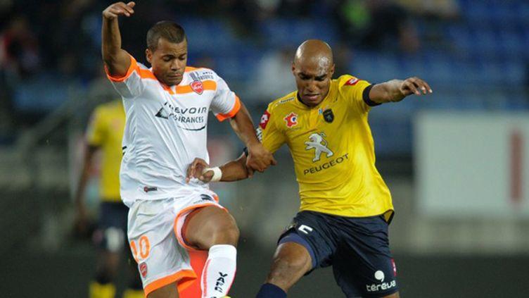 Dossevi (Valenciennes) à la lutte avec Carlao (Sochaux) (SEBASTIEN BOZON / AFP)