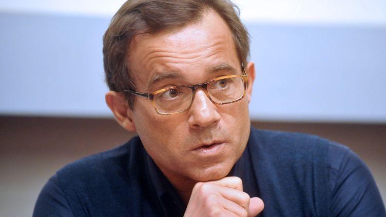 Jean-Luc Delarue, lors d'une rencontre avec des lycéens sur les risques des drogues, à Quimper (Finistère), le 24 février 2011. (FRED TANNEAU / AFP)