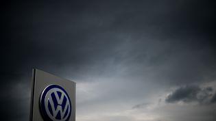 Le logo de Volkswagen devant un concessionnaire de la marque, à Hannovre (Allemagne), le 22 septembre 2015. (JULIAN STRATENSCHULTE / DPA / AFP)