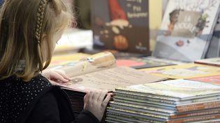 """Les enfants recevront les livres le 22 août sur la plage de Cabourg lors de la""""Journée des oubliés des vacances""""  (STEPHANE DE SAKUTIN / AFP)"""