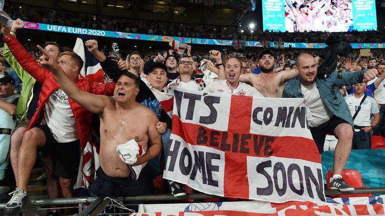 Les supporters anglaisfêtent leur victoire lors de lademi-finalede l'Euro entre l'Angleterre et le Danemark au stade de Wembley à Londres, le 7 juillet 2021. (PAUL ELLIS / AFP)