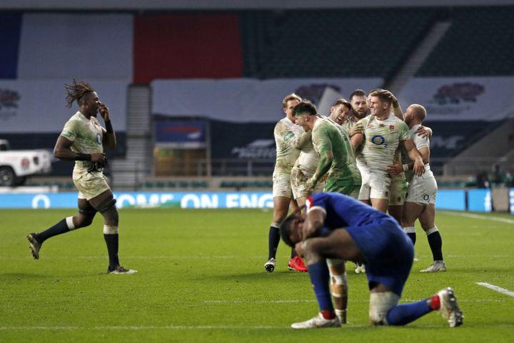 La détresse des Français lors de la défaite en prolongation face à l'Angleterre lors de la Coupe d'Automne des Nations. (ADRIAN DENNIS / AFP)
