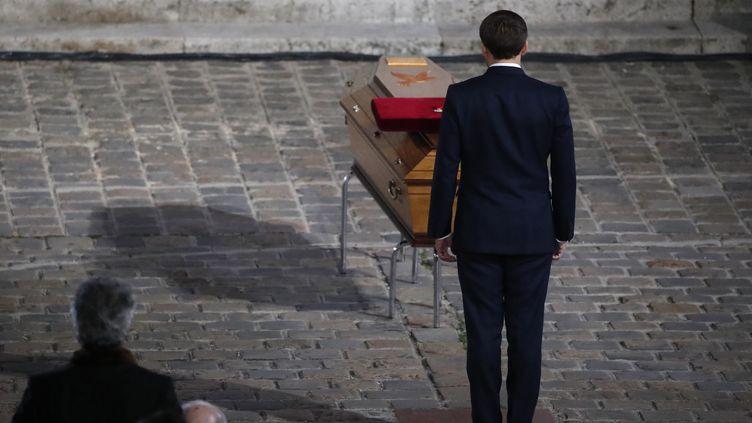 Emmanuel Macron se recueille devant le cercueil de Samuel Paty, le 21 octobre 2020 dans la cour de la Sorbonne, à Paris. (FRANCOIS MORI / POOL / AFP)