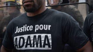 Un manifestant proteste après la mort d'Adama Traoré, le 30 juillet 2016 à la Gare du Nord. (JULIEN MATTIA / NURPHOTO / AFP)