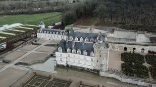Les châteaux de la Loire n'ont plus de visiteurs depuis de longs mois. Pourtant, dans les jardins, les travaux continuent, et les réseaux sociaux aident à garder un lien avec les visiteurs.  (CAPTURE ECRAN FRANCE 2)