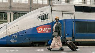 Un passager à la gare de Lyon, le 13 mai 2020. (KARINE PIERRE / HANS LUCAS / AFP)