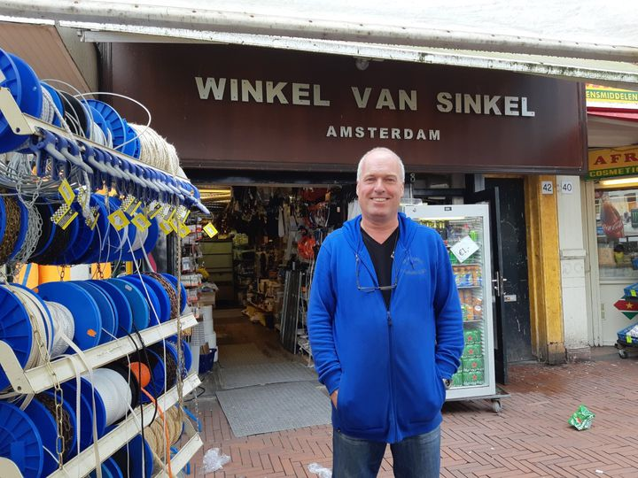 Hans tient une droguerie sur le Dappermarkt d'Amsterdam et loue des appartements à Marbella, en Espagne. (LOUISE BODET / RADIO FRANCE)