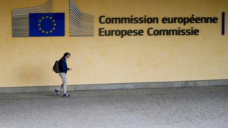 Un homme passe devant la Commission européenne à Bruxelles (Belgique), le 8 avril 2020. (ARIS OIKONOMOU / AFP)