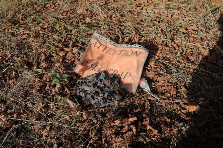 Des restes de cartouches brûlées sur place après le ball-trap de 2005, photographiés le 24 août 2020 à Chambles (Loire). (THOMAS BAIETTO / FRANCEINFO)