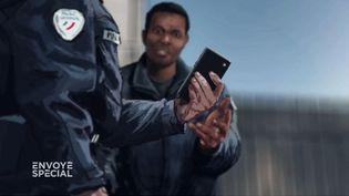 """Echanges haineux sur WhatsApp : le policier qui a dénoncé ses collègues témoigne dans """"Envoyé spécial"""" (ENVOYÉ SPÉCIAL  / FRANCE 2)"""