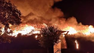 À Chanteloup-les-Vignes, dans les Yvelines, des violences urbaines ont éclaté samedi 2 novembre. Un chapiteau a été incendié. (France 2)