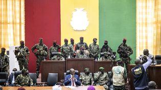 Le colonel Mamady Doumbouya et son équipe lors d'un entretien avec des chefs religieux au Palais du Peuple à Conakry, le 14 septembre 2021. (JOHN WESSELS / AFP)