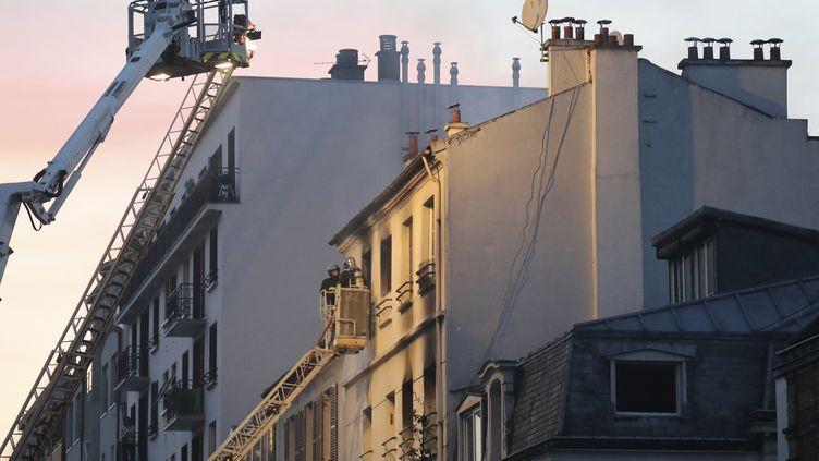 Au moins cinq personnes ont été tuées et deux autres grièvement blessées dans l'incendie d'un immeuble, lundi 6 juin à Saint-Denis (Seine-Saint-Denis). (JACQUES DEMARTHON / AFP)