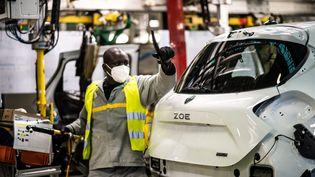 Une chaîne de production du véhicule électrique Zoé de Renault à Flins-sur-Seine (Yvelines), le 6 mai 2020. (MARTIN BUREAU / AFP)