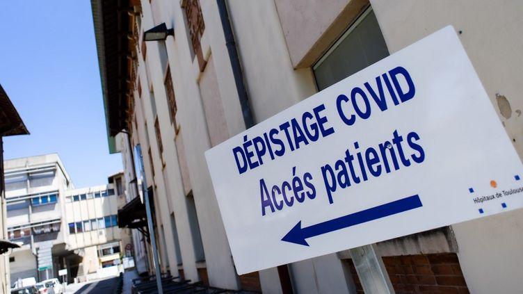 Le CHU de Toulouse effectue une campagne de tests sérologiques pour identifier la présence ou non d'anticorps au Covid-19, le 20 mai 2020. (MATTHIEU RONDEL / HANS LUCAS / AFP)