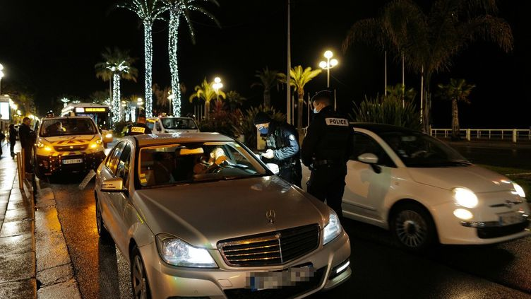 Contrôle de police auprès d'un automobiliste pendant le couvre-feu, à Nice, le 30 janvier 2021. (VALERY HACHE / AFP)