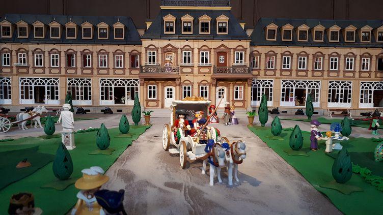 """Le château de Versailles à travers l'exposition Playmobil """"En avant l'histoire"""", aux Invalides, à Paris. (SOPHIE AUVIGNE / FRANCE-INFO)"""