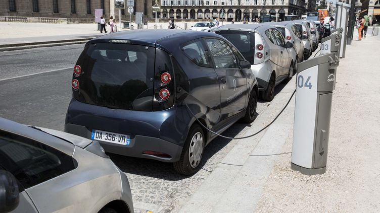 Des voitures électriques dans Paris, en juin 2015 (CHRISTOPHE MORIN / MAXPPP)