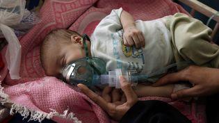 Un enfant hospitalisé au Yemen, le 27 juin 2020, alors que la pandémie de coronavirus aggrave la pauvreté et la malnutrition dans le pays. (MOHAMMED HAMOUD / ANADOLU AGENCY / AFP)