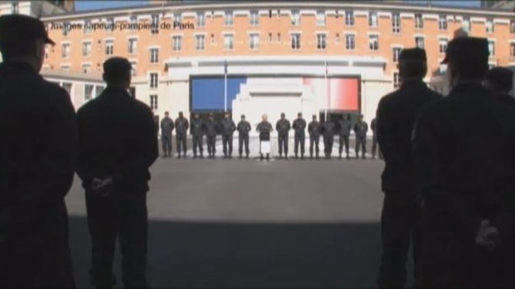 Les sapeurs-pompiers de Paris réunis dans la cour d'une de leur caserne pour entendre prononcer la dissolution de leur équipe de gymnastique, le 14 mai 2012. (FTVI / FRANCE 2 / SAPEURS-POMPIERS DE PARIS)