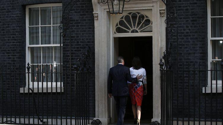 Le Premier ministre britannique, David Cameron, et son épouse, Samantha Cameron, rentrent au10 Downing street à Londres après une brève prise de parole sur le Brexit le 24 juin 2016 . (ADRIAN DENNIS / AFP)
