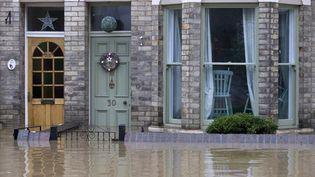 En Grande-Bretagne, le nord de l'Angleterre a été touché par d'importantes inondations. Conséquences de pluies diluviennes qui ont balayé la région ces derniers jours, elles ontvilles et villages, comme ici à York. (JUSTIN TALLIS / AFP)