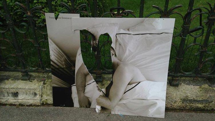 Un cliché mettant en scène Antoine de Caunes et François-Xavier Demaison vandalisé, le 22 juin 2013 à Paris. (OLIVIER CIAPPA)