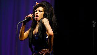 Amy Winehouse sur la scène du festival de Glastonbury (Royaume-Uni), le 28 juin 2008. (BEN STANSALL / AFP)