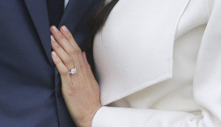 Le diamant de la bague de fiançailles de Meghan Markle vient du Botswana. Le cliché a été pris le jour de l'annonce de son futur mariage le 27 novembre 2017 dans les jardins de Kensington Palace. (Daniel LEAL-OLIVAS / AFP)