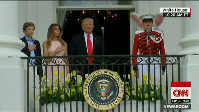 VIDEO. Discret rappel à l'ordre de Melania à Donald Trump pendant l'hymne américain