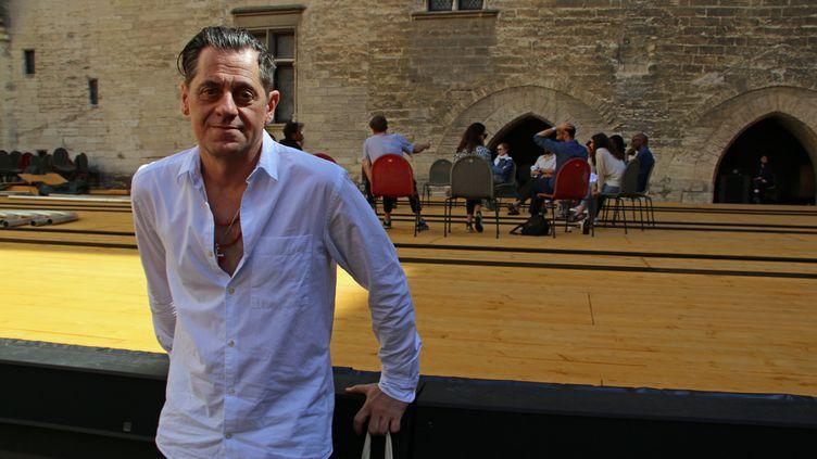 """Olivier Py dans la Cour d'honneur du Palais des papes dimanche 4 juillet 2021. Derrière lui, Isabelle Huppert et Tiago Rodrigues en répétition de """"La Cerisaie"""" de Tchekhov. (SOPHIE JOUVE)"""