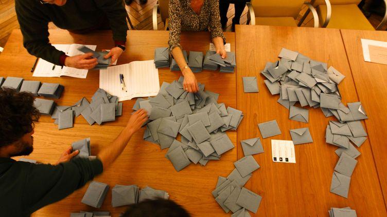 Dépouillement des bulletins de vote pour l'élection municipale de Toulouse, le 23 mars 2014. (20 MINUTES / SCHEIBER / SIPA)