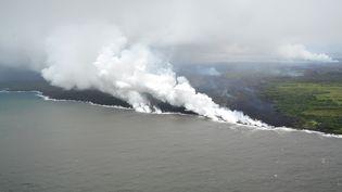 La rencontre entre la lave et l'océan Pacifique a provoqué la formation de fumées nocives, à Hawaï, le 22 mai 2018. (USGS / HANDOUT / ANADOLU AGENCY)