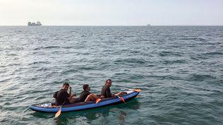 Trois migrants tentent de traverser la Manche dans le Pas-de-Calais à bord d'un canoé gonflable. (STR / AFP)