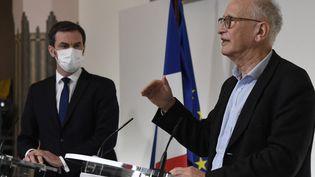 Le coordinateur de la stratégie vaccinale contre le Covid-19, Alain Fischer, lors d'une conférence de presse, avec le ministre de la Santé, Olivier Véran, le 26 janvier 2021 à Paris. (BERTRAND GUAY / AFP)