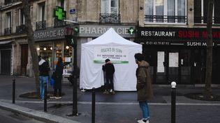 Une pharmacie réalisant des tests antigéniques à Paris, le 6 novembre 2020. (JEANNE FOURNEAU / HANS LUCAS / AFP)