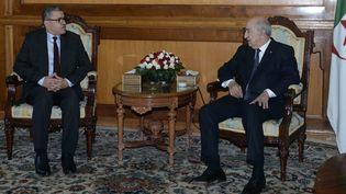 Le président algérien Abdelmadjid Tebboune en compagnie du nouveau Premier ministre Abelaziz Djerad (G) à Alger, le 28 décembre 2019. (- / APS)