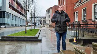 Jake, étudiant à l'université de Manchester espère pouvoir rejoindre sa famille à Sheffield. (RICHARD PLACE / RADIO FRANCE)