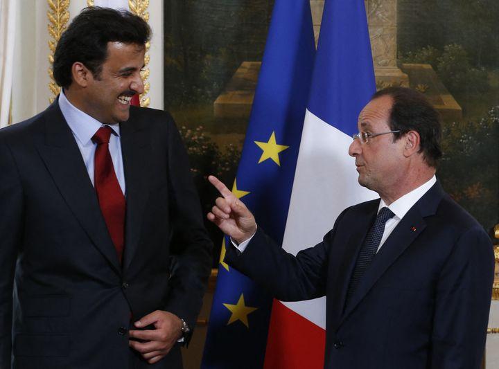 François Hollande et l'émir du Qatar Sheikh Tamim bin Hamad al-Thani, au Palais de l'Elysée en 2014. (IAN LANGSDON / POOL/AFP)