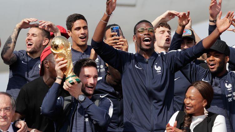 La joie des Bleus après leur retour en France avec la Coupe du monde (THOMAS SAMSON / AFP)
