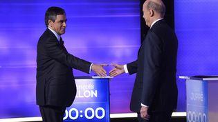 François Fillon et Alain Juppé, les deux finalistes de la primaire de la droite, sur le plateau de télévision pour le débat du jeudi 24 novembre. (ERIC FEFERBERG / POOL)