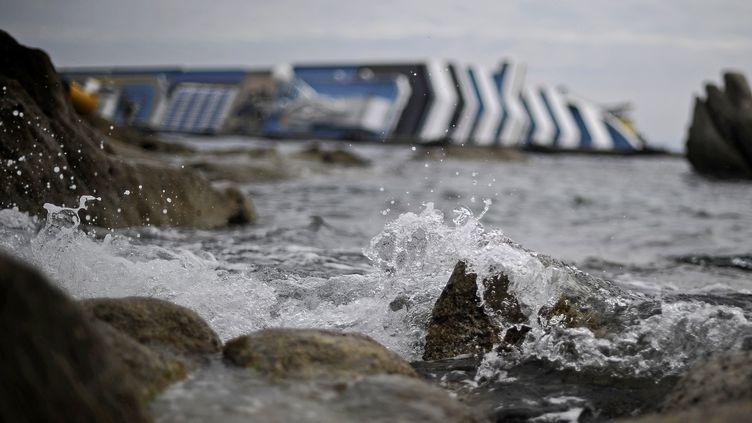 L'épave du Concordia sur les côtes de l'île du Giglio (Italie) le 27 janvier 2012. (FILIPPO MONTEFORTE / AFP)