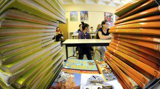 Des élèves écoutent leur professeur lors d'une rentrée des classes de 6e, en 2013. (MAXPPP)