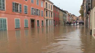 La pluie continue de tomber dans le sud-est du pays, samedi 23 novembre. Le fleuve Argens, dans le Var, est déjà monté de plusieurs mètres. Les précisions du journaliste Didier Brignand, en duplexdepuisRoquebrune-sur-Argens. (FRANCE 2)